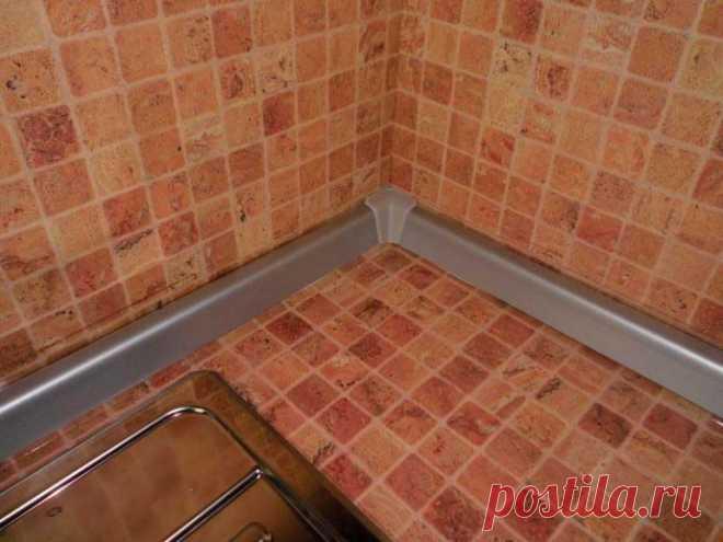 Чем эстетично заменить пластиковый плинтус в кухне