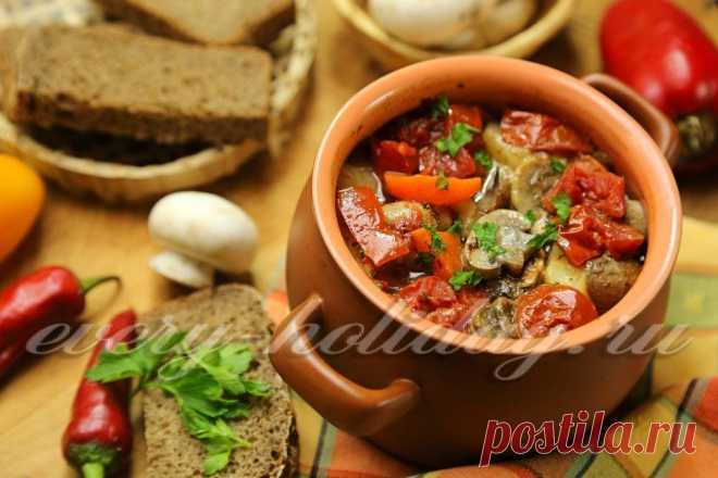 Мясо с картошкой и грибами в горшочках.