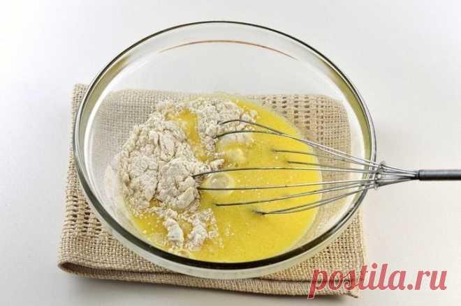 «Невидимый» яблочный пирог! Нашла этот рецепт в бабушкиной тетрадке. Особенный вкус… - Чисmо по-жęнски♥シ Мне нравится выпечка, в которой мало теста и много начинки. Нежная, утонченная, она содержит меньше калорий, но при этом остается чрезвычайно аппетитной! Самый вкусный яблочный пирог, который мне приходилось пробовать, готовила бабушка. Не зря она его называла невидимым. Секрет блюда — в тончайшей нарезке яблок на дольки. Конечно же, тесто в пироге присутствует, но в […]