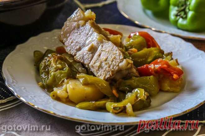 Свинина с овощами и слоеным тестом в тажине. Рецепт с фото Никого не призываю покупать тажин, но после поездки в Марокко у меня он сразу появился. Во-первых, это красиво:) Во-вторых, в нем можно готовить овощи, мясо, крупы одновременно, без лишнего масла. Поэтому у вас на столе будет сразу основное блюдо с гарниром. В-третьих, блюда в нем получаются не совсем такие, как в казане, горшочке или гусятнице. Видимо, конструкция из глиняной сковороды и конусообразной крышки созд...