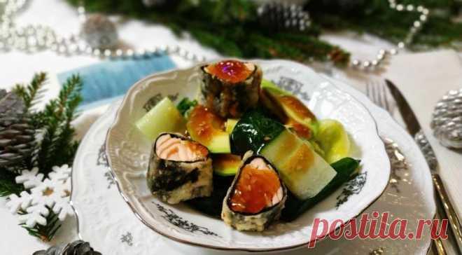 Салат с лососем, шпинатом и манго