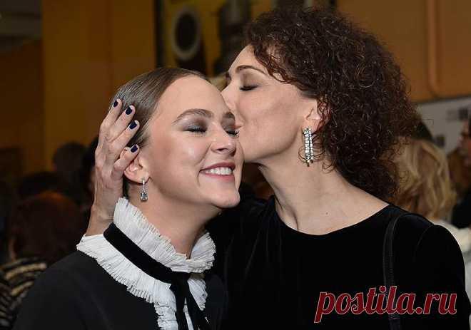 Ксения Раппопорт поздравляет своюдочь Аглаю Тарасову с Золотым Орлом