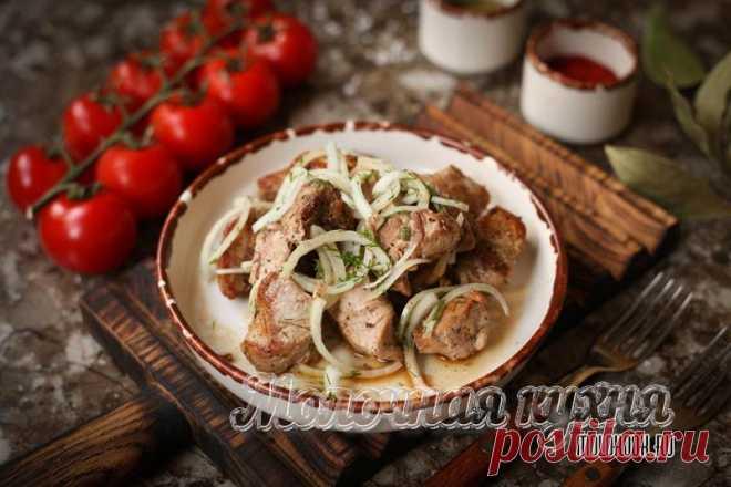 Шашлык из свинины, жареный на сковороде – 4 рецепта с фото, описанных пошагово Свинной шашлык на сковороде получается не хуже, чем на мангале, если знать секреты. Рецепты приготовления шашлыка из свинины на плите с пошаговыми фото.