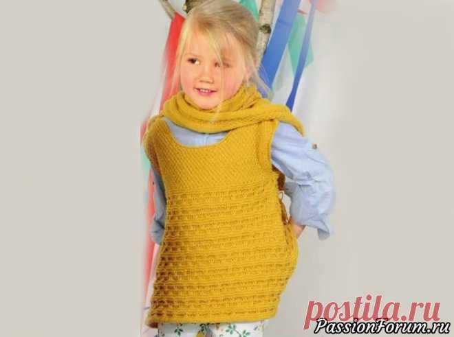Желтый сарафан с застёжками на плечах и шарф с капюшоном   Вязание спицами для детей Нижняя часть сарафана с пуговицами на плечах связана рельефным узором. Большой шарф-капюшон с помпоном очарователен и многофункционален.Размеры:98-104 (110-116) 122-128Вам потребуется:пряжа (100% мериносовой шерсти; 160 м/ 50 г) - 450 (500) 550 г желтой; спицы № 4 и крючок № 3; 2 пуговицы...