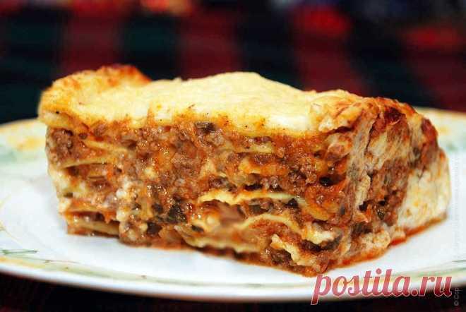 Лазанья с мясным соусом болоньезе. Рецепт Сергея Джуренко Лазанья приготовленная в домашних условиях — традиционное блюдо Италии. Вкусной сытной лазаньей легко накормить даже большую семью.