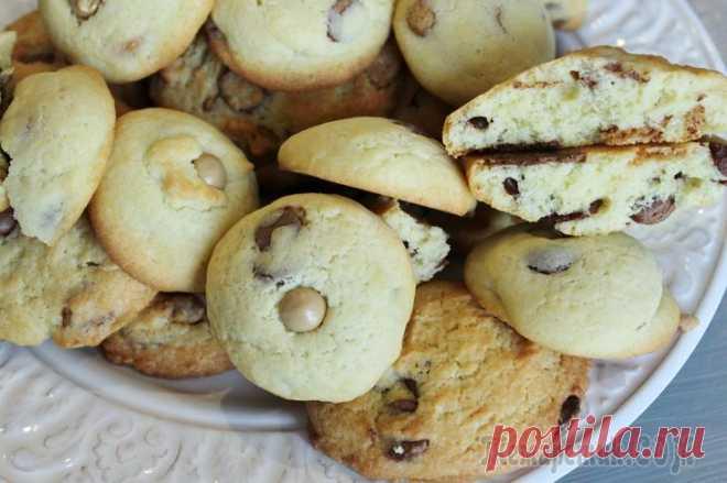 Печенье с шоколадом Привет, Сегодня я хочу с вами поделиться рецептом моего любимого печенья с шоколадной крошкой. Оно получается нежным внутри, хрустящим снаружи и очень вкусным. Ингредиенты:Мука - 280 гРазрыхлитель - 1...