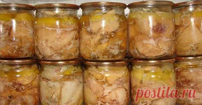 Порубил, положил, закрутил: рецепт куриной тушенки в духовке Поскольку куриное мясо по праву можно назвать самым распространенным птичьим мясом, существует бессчетное количество вариантов его приготовления. Блюда из курицы можно встретить почти во всех кухнях мира, что очень просто объясняется: диетическая, нежная и вкусная курица сочетается с любыми пряностями и овощами.