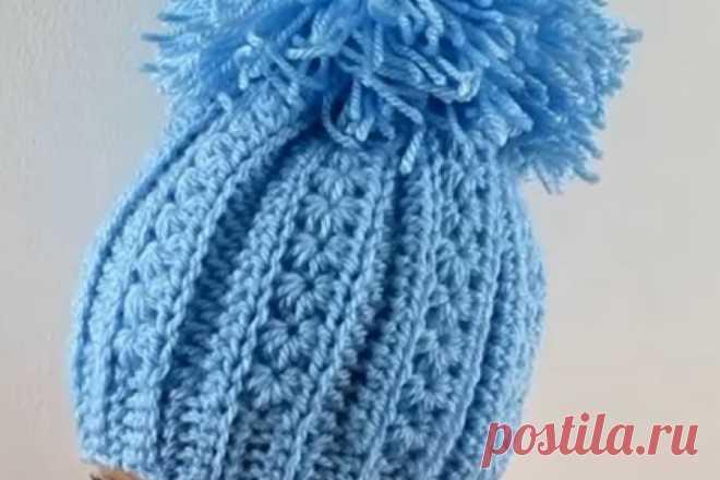Как связать детскую шапку крючком Можно ли связать крючком красивую зимнюю детскую шапочку? Конечно! Первым делом выбираем симпатичный подходящий узор. Затем - пряжу (лучше использовать специальную детскую пряжу, она не колючая). Потом определяемся с декором: помпон или цветок? Совет: готовое изделие можно поставить на подкладку, например, из флиса. Так шапочка будет еще теплее. А сегодняшний урок вам в этом поможет разобраться во всех этапах изготовления детской шапки.