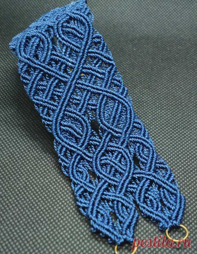 Стильный широкий браслет в стиле кельтских узоров  очень элегантен и классический Приятно лежит на запястье .выполнен в технике микро-макраме. Темно синий с переливами. Нити прочные шелковистые.