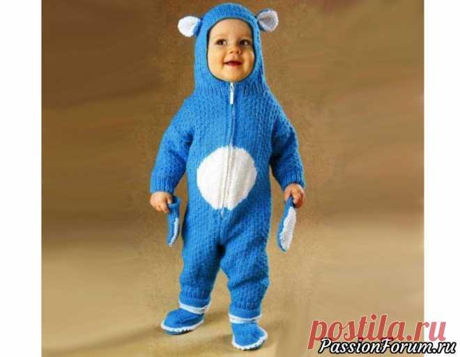 Комплект «Мишка на Севере». Описание | Вязание спицами для детей Вязаный спицами детский комплект для малыша: комбинезон, пинетки и варежки. На 6 месяцев - 1 годРазмеры: окружность груди - 56 см, длина от плеч - 48 см, длина рукава - 16 см. Вам потребуется: пряжа «Лиза» (15% шерсть, 35% ангора, 50% акрил, 303 м/100 г) - 400 г голубого цвета, пряжа...