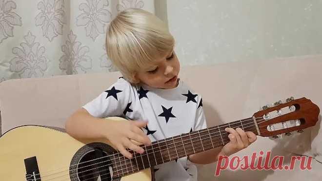 Ты не поверишь! Парню всего 6, но поёт и играет на гитаре лучше тебя!