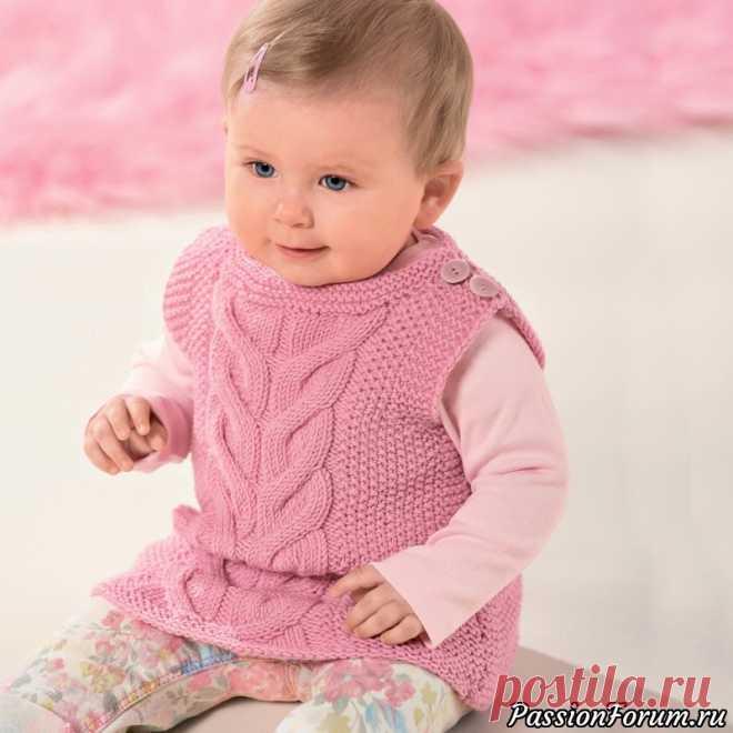 Жилет для малышей с рельефным узором. Описание   Вязание спицами для детей Довольно длинный жилет с удобной застежкой на плече и эффектными узорами можно связать и мальчику, и девочке, нужно лишь подобрать правильный цвет.РАЗМЕР62/68 (74/80) 86/92ВАМ ПОТРЕБУЕТСЯПряжа (100% шерсти суперфайн; 105 м/50 г) — 200 (250) 300 г розовой; спицы №4 и 4,5, круговые...