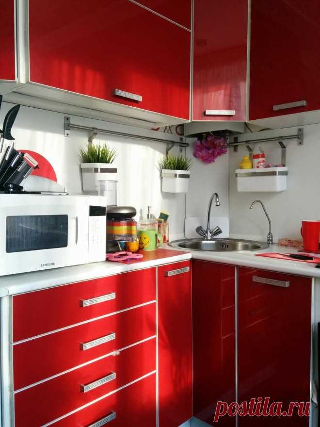 Кухня в красном цвете: идеи сочетания цветов и фото интерьеров