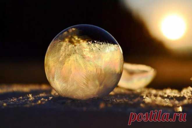Замороженные мыльные пузыри Замороженные мыльные пузыриСложно поверить, что эти прекрасные прозрачные шары, покрытые радужными узорами, на самом деле сделаны изо льда.Смотрим.Для съемки мыльных пузырей девушка использовала мыль...