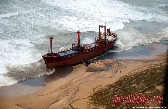 Последние дни огромного корабля на побережье Франции | ФОТО НОВОСТИ