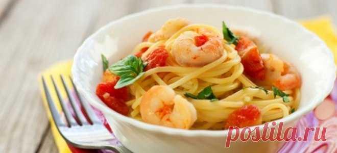 4 рецепта пасты с креветками Сохраните себе Паста с креветками и помидорами Ингредиенты:  спагетти – 300 г; креветки – 400 г; помидоры – 6 шт.; лук – 1 шт.; сливки – 150 мл; чеснок – 2 зубка; сушеный базилик – 0,5 ч. ложки; масло сливочное – 100 г; белое сухое вино – 200 мл; соль, перец, пармезан, зелень. Приготовление  Растапливают масло, добавляют лук, чеснок, обжаривают минуту. Добавляют помидоры, зелень, базилик, вино и дают алкоголю выпариться. Вливают сливки, приправ...