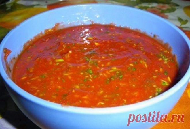 Мой Любимый соус к шашлыку =томатное пюре, хмели-сунели, большой пучок кинзы, пучок зеленого лука, чеснок, соль, перец…  В магазинах продаётся томатное пюре, в таких же баночках, как томатная паста, но менее концентрированная, соусы на основе этого пюре получаются отличными!  Покупаю небольшую баночку и выкладываю её в миску, добавляю измельчённую кинзу, лук, чеснок, чайную ложку хмели-сунели, солю, перчу по вкусу и оставляю на пару часиков.
