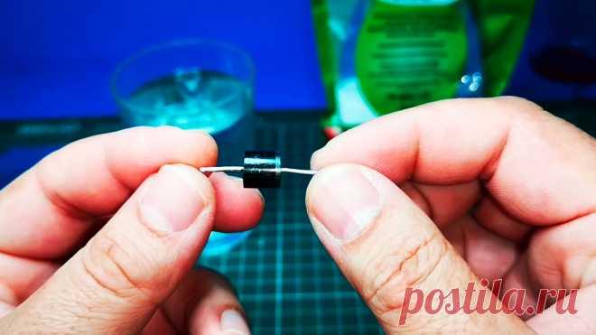 Как сделать жидкий диод из ложки, воды  и соды Если подключить электромотор постоянного тока к понижающему трансформатору, преобразовывающему 220В с розетки в 12В переменного напряжения, то вращение ротора в нормальном режиме не происходит. Он просто вибрирует, но не проворачивается. Чтобы ротор разогнался, один из проводов от трансформатора