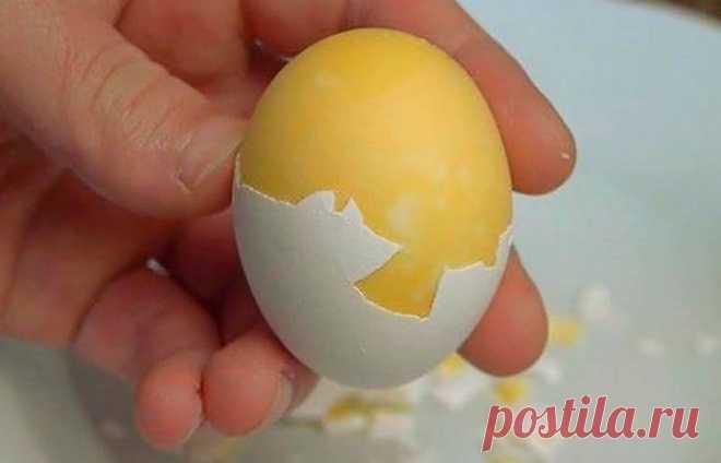 «По-японски»: как сварить куриное яйцо желтком наружу Япония удивительная страна! Ее кухня одновременно странная и роскошная. Дело в том, что даже самые привычные для соотечественников блюда в Стране восходящего солнца готовятся иначе. Ярким примером тому является варка куриных яиц желтком наружу. Получается одновременно странно и очень красиво. Кстати, сделать такое лакомство совсем не сложно.