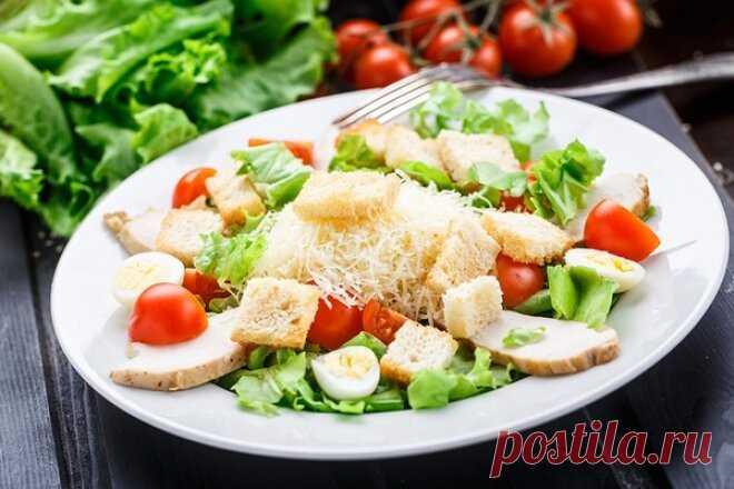Классический салат «Цезарь» на скорую руку   Foodbook.su Пожалуй салат Цезарь знает каждый, мы часто готовим его дома, видим в меню ресторана. А почему бы не поделиться рецептом салата с Вами) Заходите, Вам понравится.