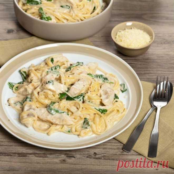 Спагетти с курицей в сметанном соусе    Ингредиенты:  -Филе куриное – 500-600 г  -Макароны – 400 г  -Соль  -Перец  -Масло растительное  -Сыр - 100 г  Для соуса:  -Масло сливочное – 50 г  -Горчица – 1 ст. ложка  -Вино белое – 2 ст. ложки  -Сметана густая – 1,5 стакана  -Яйца вареные – 2 шт.  -Зелень    Приготовление:  Филе нарежьте на небольшие кусочки, посолите, поперчите и обжарьте на растительном масле, постоянно помешивая, до полной готовности.  Отварите макароны в подс...