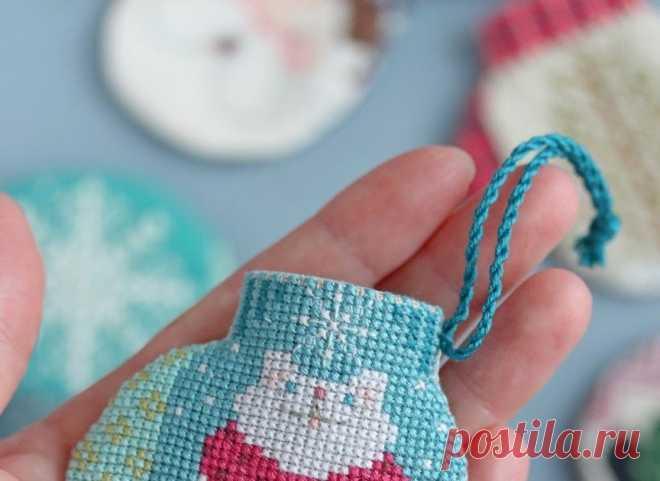 Большая подборка рождественских рукавичек. Вышивка крестом. The Cricked Collection бесплатные схемы вышивки,рукавица,праздник,новогоднее украшение, вышитые украшения на ёлку