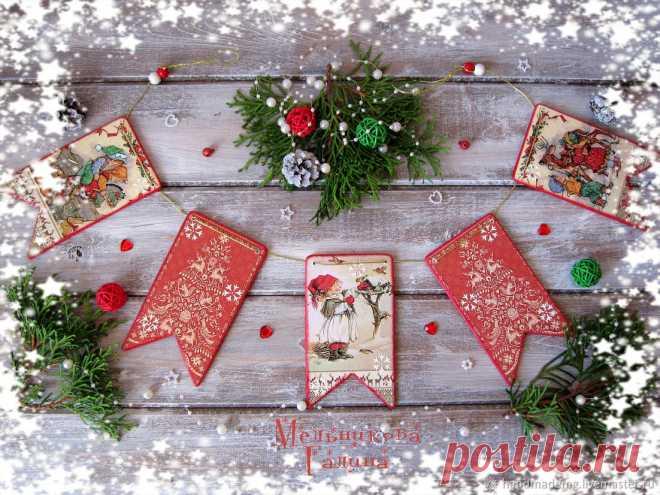 Гирлянды флажков новогодних – купить на Ярмарке Мастеров – MUXAORU | Гирлянды, Москва Гирлянды флажков новогодних. в интернет-магазине на Ярмарке Мастеров. Гирлянды флажков новогодних. Скоро Новый год! И мы всё будем готовиться к этому празднику, к таинству зимней сказки! Новогоднюю гирлянду с флажками, можно повесить на елку, украсить ею дверь, окно или детскую комнату. Также флажки можно использовать для фотосессии .