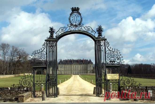 Замок Шато Монжоффруа - одна из последних аристократических резиденций франции