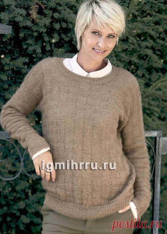 бежевый теплый пуловер с простым структурным узором вязание спицами
