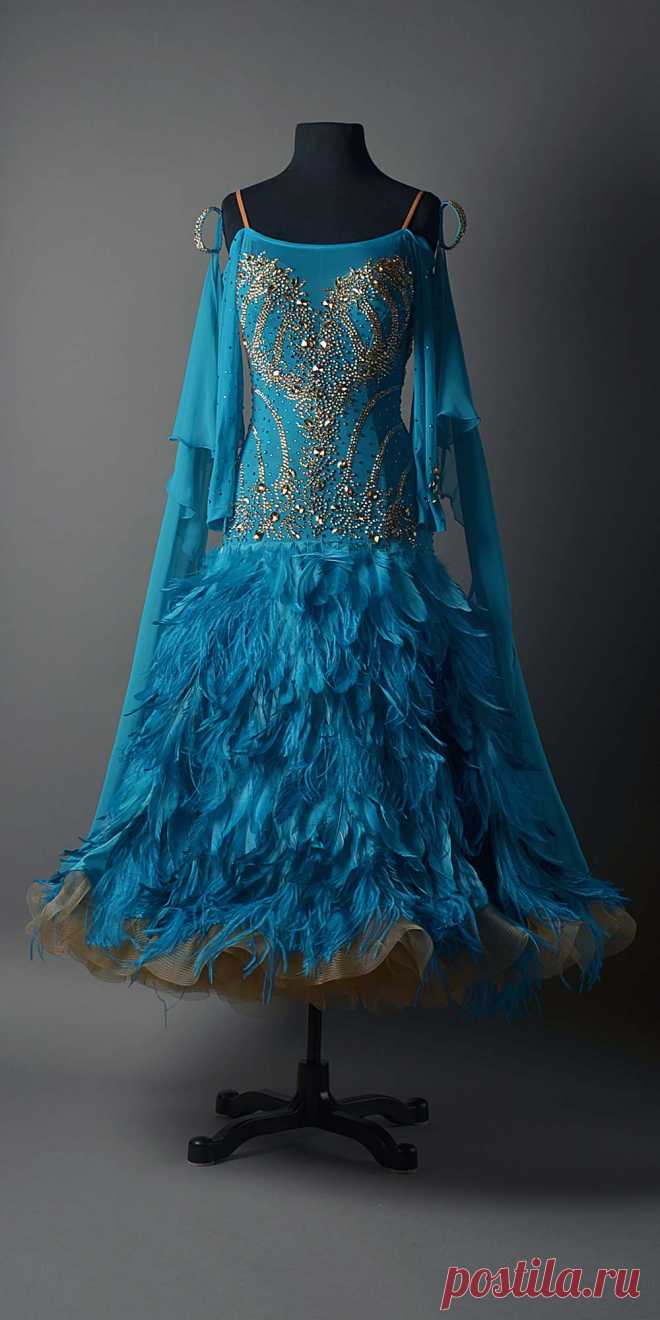 BLUE ZIRCON STANDARD WITH GOLDEN SHADOW DESIGN WORK AND FEATHERED SKIRT – DORÉ DESIGNS
