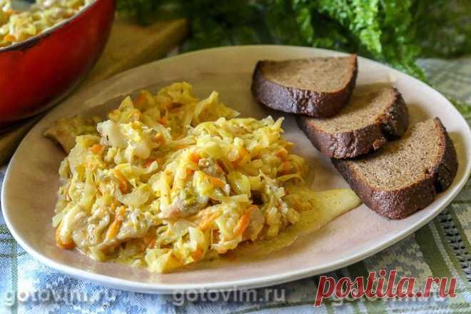 Капуста с мясом, тушенная со сметаной. Рецепт с фото Капусту можно потушить с добавлением сметаны небольшой жирность, чтобы в результате получилось сочное овощное рагу с вкусным соусом. В этом рецепте описано, как приготовить капусту с кусочками мяса, но можно мясо исключить, и тоже будет вкусно. Тушить капусту можно и на сковороде, в глубокой толстостенной посуде (казане). Кстати, такая капуста вкусна как в горячем, так и в холодном виде.