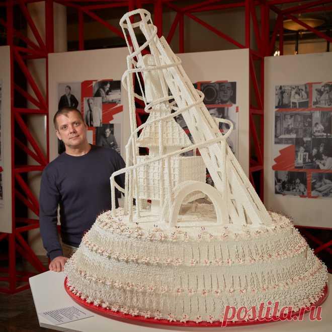 Самый знаковый символ конструктивизма башня Татлина. Впервые за 100 лет Мастер-Кондитер Алдис Бричевс воплотил и создал торт «башня Татлина» по фотографиям 1919 года.Диаметр торта составил 120 см., а высота 150 см. На изготовление уникального кондитерского шедевра потребовалось : 10 кг. мелкого сахара,  35 кг. сахарной пудры,  3 кг. сахарного сиропа,  2л. водки,   3 кг. крахмала.Торт  украшен 350 цветами из сахарного фарфора  и  350 фрагментами сахарных кружев.Рижанин  Алдис Бричевс .