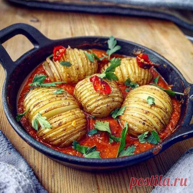 Жареный картофель с чесноком и розмарином Насыщенный томатный соус делает это блюдо еще вкусне. Прекрасная идея для обеда и ужина. Скорее ставьте Класс!, а если сохранили – пришлите сердечко в комментарии  Сложность 20-25 минут(активная фаза готовки)    Ингредиенты для томатного соуса:  • 1 нарезанный кубиками белый лук  • 3 зубчика чеснока рубленого  • 1 банка (500г) помидоров в собственном соку (или консервированных), нарезанных • 1 нарезанный стебель сельдерея ...