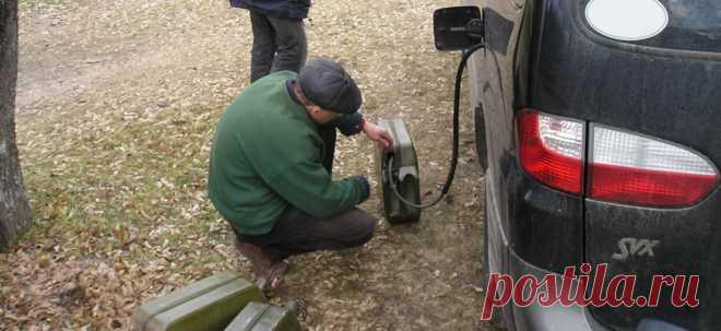 Как слить бензин из бака Любой водитель обязан знать как слить бензин из бака, и не просто слить, а как слить бензин из бака иномарки и не напиться бензином. Опытный шофер всегда знает как правильно слить бензин из бака автомобиля шлангом в канистру.