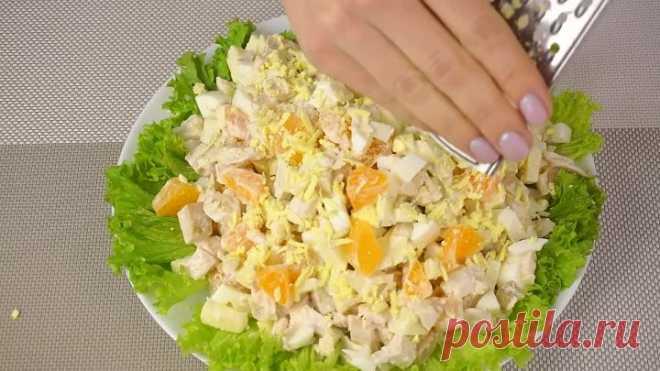 La Ensalada admirablemente sabrosa con las Mandarinas y la Gallina. La Ensalada fácil De Año Nuevo a la Mesa De fiesta