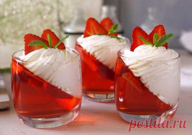 La jalea de fresa con la crema pomposa