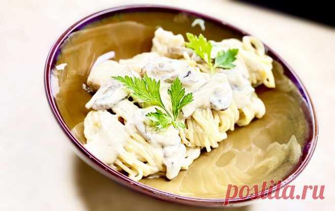 Паста с курицей и грибами в сливочном соусе Очень быстрый обед или ужин за 12 минут! Макароны в сливочном соусе с курицей и шампиньонами. Простой рецепт вкусной пасты по-домашнему. Любимое блюдо моей семьи. ИНГРЕДИЕНТЫ: куриное филе - 1 шт.соль, черный перец - по вкусумука пшеничная - 100 г.шампиньоны - 100 г.чеснок - 3...