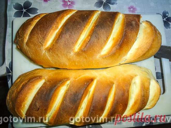 Батон нарезной в духовке. Рецепт с фото Простой рецепт нарезного батона. Домашний хлеб получается очень вкусным, потрясающе пахнет, сладковатый на вкус. Батон отлично подойдет к любому блюду, для бутербродов или гренков. Тесто для батона замешивают на дрожжах и молоке. Из перечисленных в рецепте продуктов получается 2 батона.