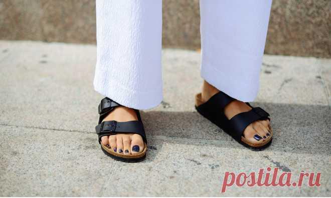 Биркенштоки в городе: с чем носить самые удобные сандалии Сандалии в стиле Birkenstock— самая модная летняя обувь, которую давно облюбовали звезды-трендсеттеры: от Кендалл Дженнер и Кайи Гербер до Гвинет Пэлтроу и Кэти Холмс. Рассказываем, как правильно выбрать и с чем сочетать сандалии, которые вы точно не захотите снимать.