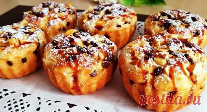Десерт, который вы будете готовить каждый день! Займет всего 10 минут Быстрые и простые кексы получаются нежными, влажными, пышными. В качестве добавок можно использовать разные продукты: кусочки шоколада, ягоды свежие и замороженные, сухофрукты и т.д. Для приготовления вам потребуются такие ингредиенты: сахар, 40 г; яйцо, 1 шт; масло растительное, 40 мл; мука, 190 г; йогурт натуральный или банановый, 125 г; молоко, 90 мл; разрыхлитель, 8 г. […]