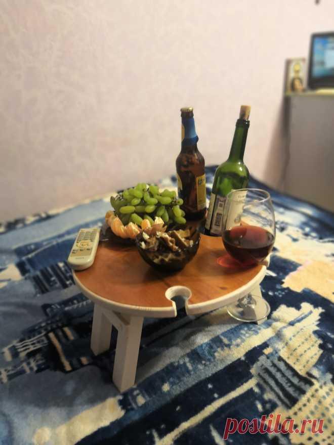 У столика складные ножки — это позволяет разместить его на любой поверхности, например на полу или диване. Такой подарок понравится любителю дружеских посиделок🙃 #винныйблог #виннаяполка #винныйстолик #столикдляпикника #столикдлязавтрака #складнойстолик #деревянныйстолик #винница #красноесухое #завтраквпостель #идеальныйвечер #идеальныйподарок #подарокиздерева #камчатка #приморскийкрай #уфа #барнаул #тюмень #самарскаяобласть #тула #тверь #ростовнадону #сочи #ставрополь
