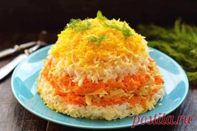 Французский салат Готовим очень вкусный салат под названием Французский. Салат выкладываются слоями на плоской тарелке, некоторые компоненты повторяются в слоях два раза. Салат получается очень пышным и воздушным, здесь главное не придавливать слои, а майонез наносить в виде сетки. Морковь в салате используется в свежем виде, она отдельно смешивается с майонезом и чесноком, получится пикантной и хрустящей. В салат отлично вписывается зеленое яблоко, это единственный ингред...