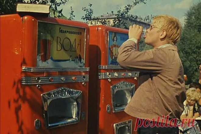 Наша газировка  Из автоматов газированной воды продавались напитки с апельсиновым, мандариновым, грушевым сиропами. Интересно, что стакан «чистой» и у продавца, и в автомате стоил одинаково – одну копейку, а вот стаканчик воды с сиропом у продавца был на целую копейку дороже – аж целых четыре копейки. Правда и сиропа наливали немножечко больше. Кроме того за 7 копеек можно было выпить вкуснейший напиток «сдвойнымсиропом».