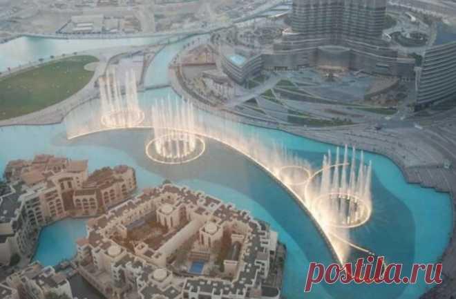 Фонтан Дубай: находится в Дубае, рядом с самым высоким зданием в мире небоскребом Бурдж-Халифа, один из самых больших и красивых фонтанов в мире. Длина бассейна фонтана 275 метров, а высота струи может достигать высоты 50 этажного здания, что составляет около 150 метров ...