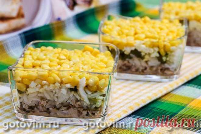 Слоеный салат с консервированной рыбой, рисом и кукурузой.