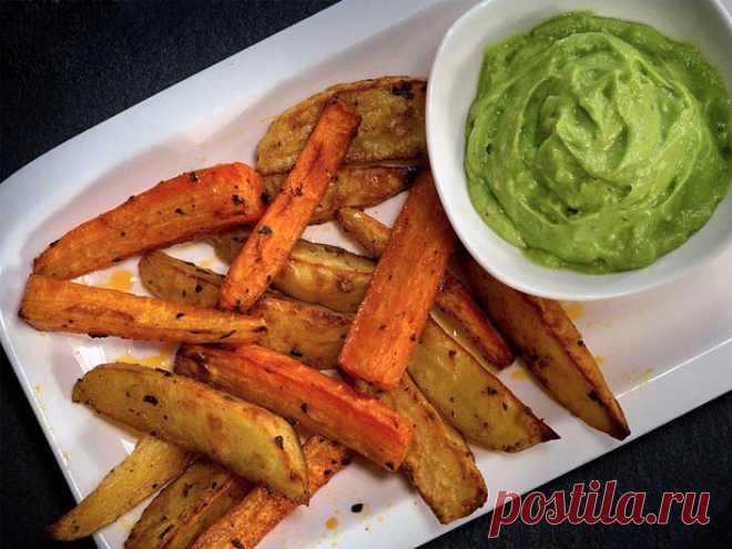 Печеный картофель и сладкий картофель с соусом из авокадо