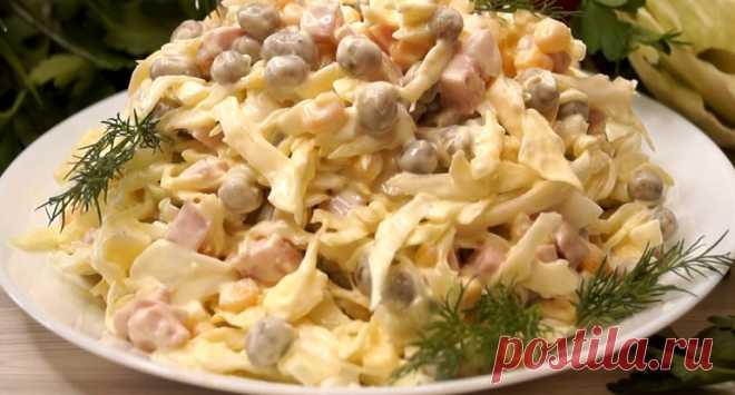 Салат из свежей капусты с ветчиной. Для салата необходимы: свежая капуста, немного ветчины, консервированные кукуруза и зелёный горошек, варёные куриные яйца, майонез
