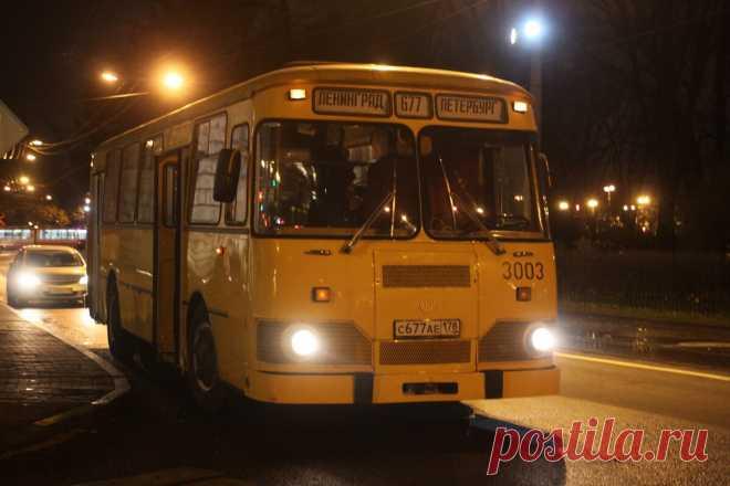 По ночным улицам Петербурга ездит легендарный автобус -