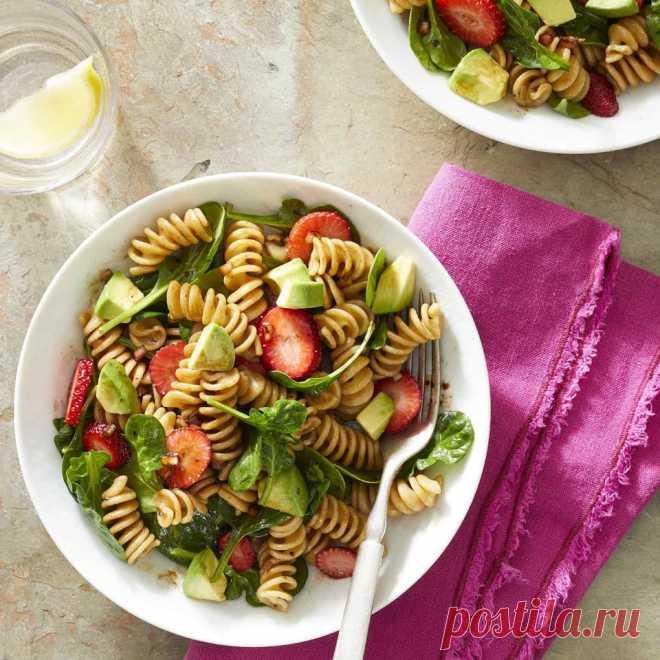 Салат из пасты, клубники и шпината