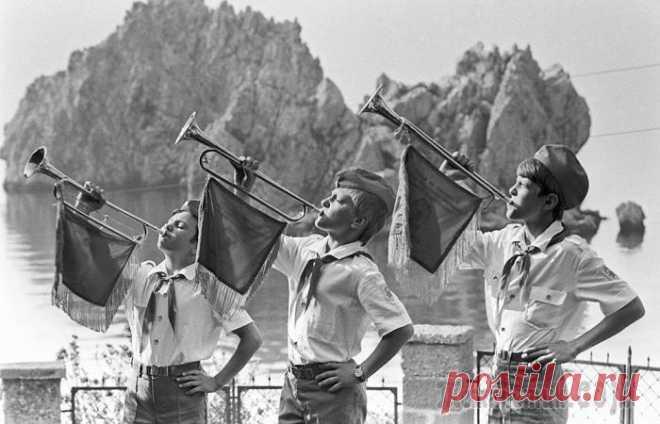 Пионерские лагеряв СССР Сегодня, когда люди старшего поколения вспоминают пионерские лагеря, кому-то представляются военные казармы, кто-то вспоминает санаторий, а некоторые даже и не знают, что это такое. На деле это была п...